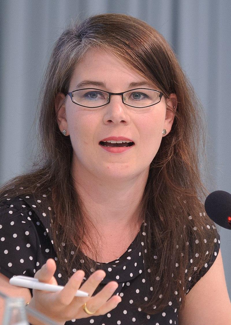 Bild von Annalena Baerbock mit grauen und rötlichen Haaren